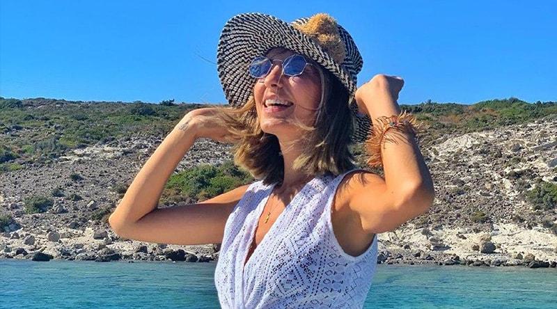 синие женские очки с белым платьем фото