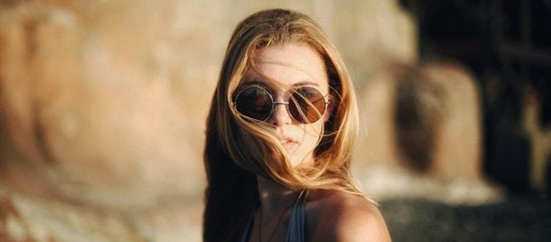 во время ветра нужно носить солнечные очки фото