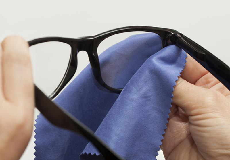 как правильно чистить очки от разводов