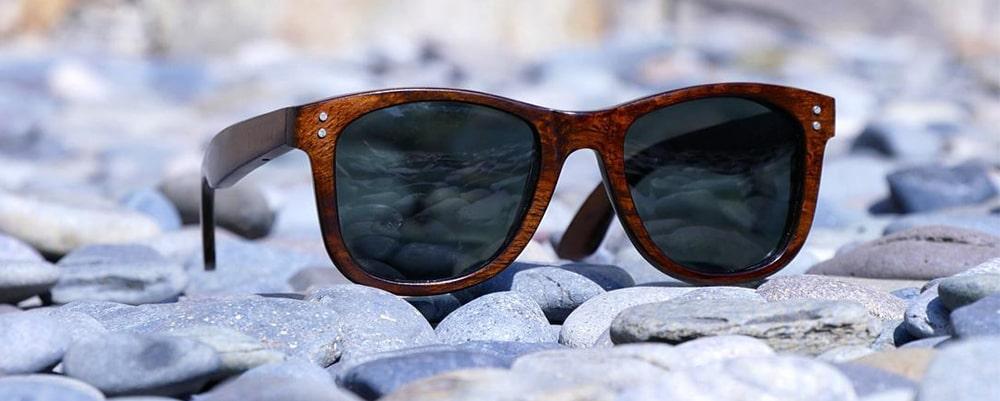 Деревянная оправа очков от солнца фото