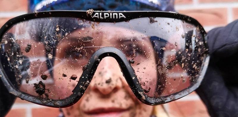 Велосипедные очки защищают глаза от грязи фото