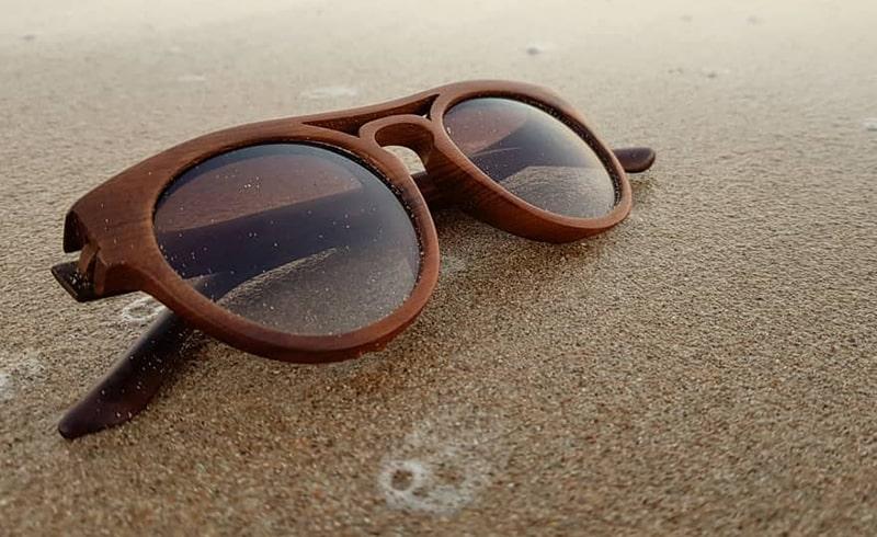 Очки от солнца в деревянной оправе фото