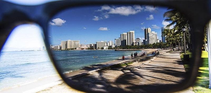 Линзы с поляризационным покрытием на пляже фото