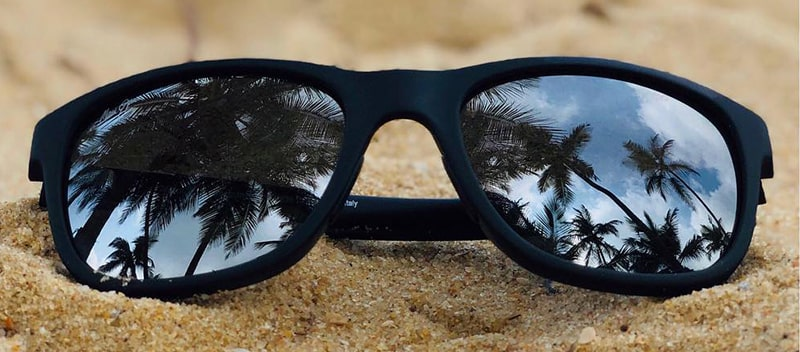 Защитное покрытие линз от песка на пляже фото